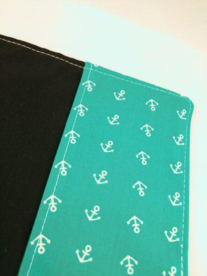 Vue de détail des ancres du protège carnet de santé ancres blanches sur fond turquoise