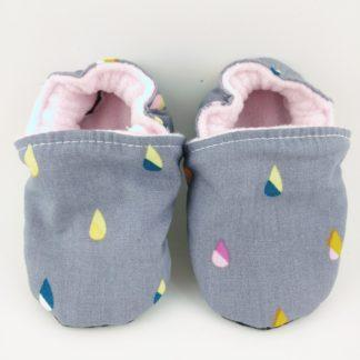 Paire de chaussons souples bébé en tissu gris avec de petites gouttes bicolores