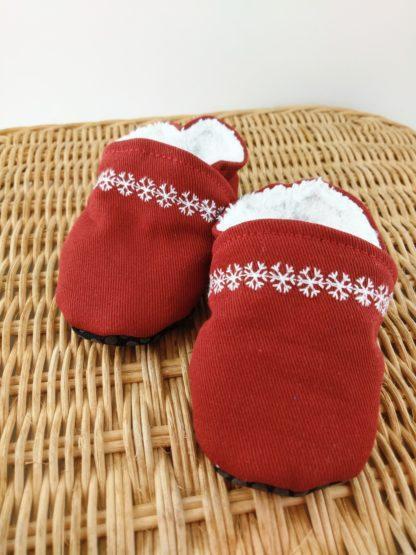 Paire de chaussons souples rouges avec liseré en flocons blancs
