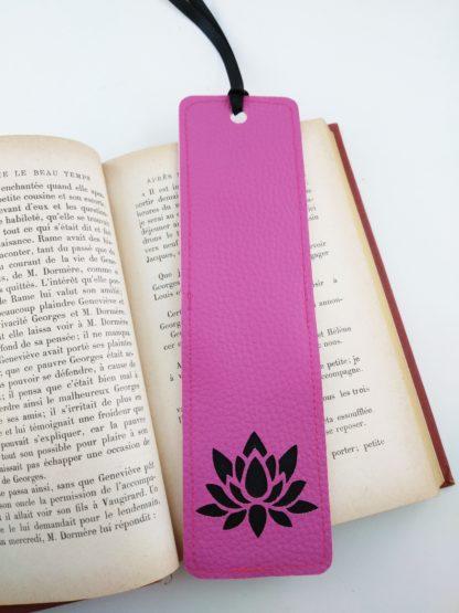 Marque page simili cuir rose détail lotus