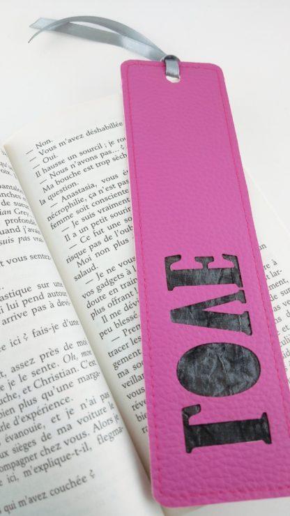 Marque page simili cuir rose détail love