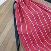 vue de dos du sac a cadeau rayé rouge
