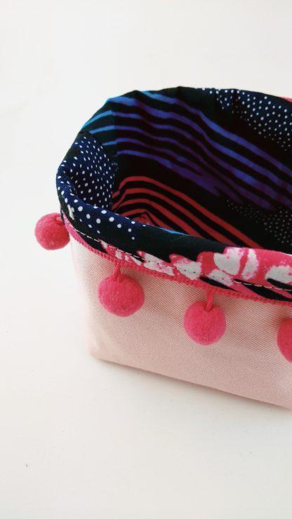 Panière tissu wax et pompons détail