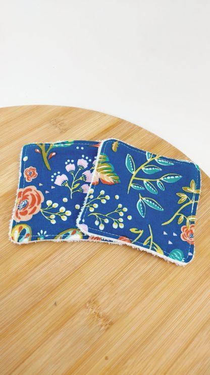 Lingettes motif fleuri sur fond bleu