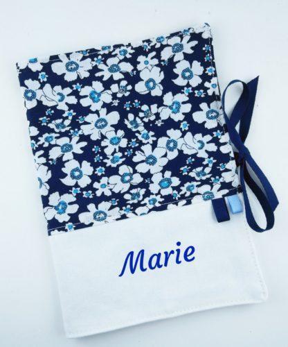 Protege carnet sante avec fleurs bleues foncées et prénom personnalisé bleu foncé
