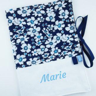 Protege carnet sante avec fleurs bleues foncées et prénom personnalisé bleu clair