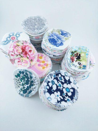 cotons démaquillants lavables à motifs variés et colorés présentés en piles