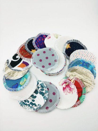 cotons démaquillants lavables à motifs variés et colorés présentés en cercle
