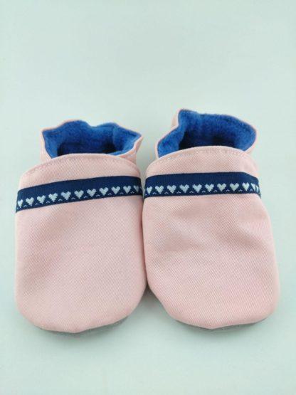 paire de chaussons souples bébé personnalisés avec tissu rose et cœurs blanc sur bande bleue