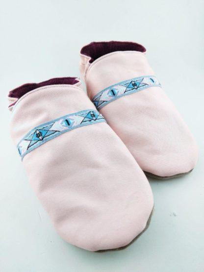 paire de chaussons souples bébé personnalisés avec tissu rose et liseré géométrique