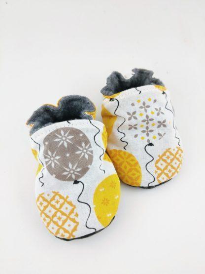 vue de face paire de chaussons souples personnalisés ballons