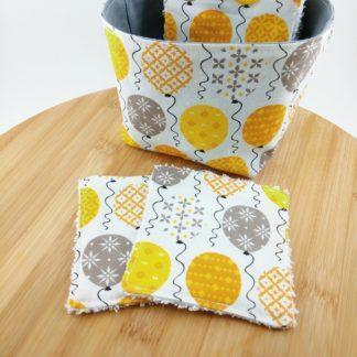 Lot de lingettes lavables avec motifs ballons jaunes avec la panière assortie