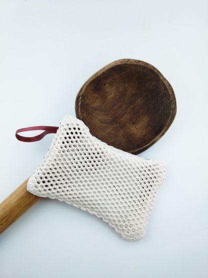 vieille cuillère en bois avec 1 éponges lavable