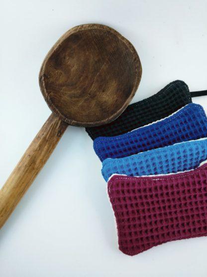 vieille cuillère en bois avec 4 éponges lavables colorées