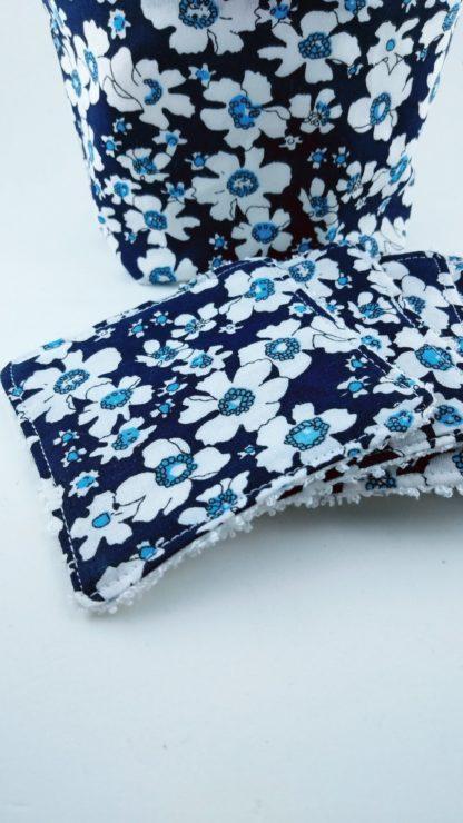 Détail du lot de lingettes lavables avec motifs fleurs bleues avec la panière assortie