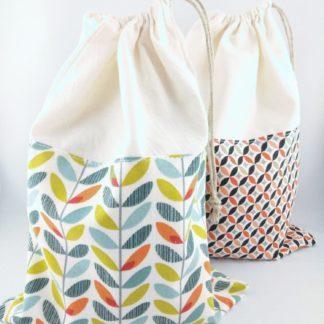 Paire de sac à vrac remplis et fermés avec motifs colorés
