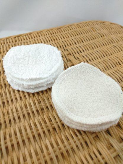 Détail des cotons démaquillants en bambou ou coton, présentés empilés