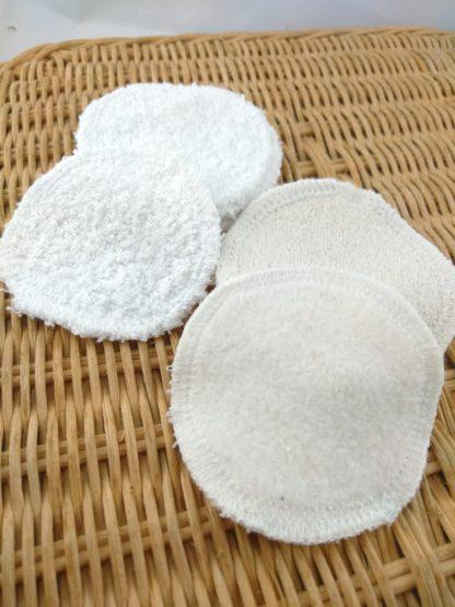 Détail des cotons démaquillants en bambou ou coton, présentés décalés