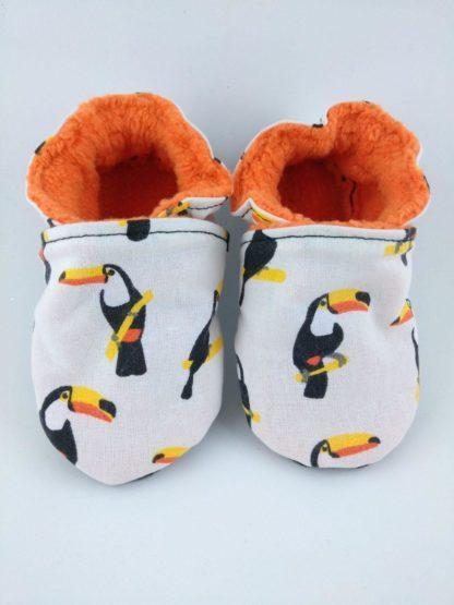 vue de face de la paire de chaussons souples bébé avec motif toucan